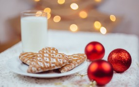 gingerbread_cookies_and_milk_4